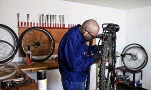 preso arrumando uma bicicleta